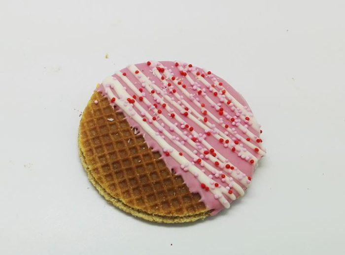Versierde Stroopwafels cerise witte lijnen - JJ Donuts