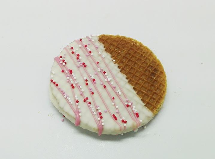 Versierde Stroopwafels witte choco cerise lijnen - JJ Donuts