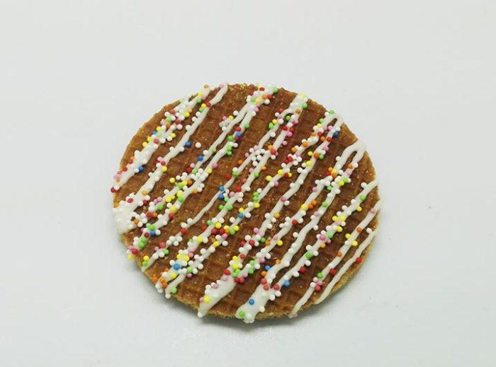Versierde Stroopwafels witte choco lijnen - JJ Donuts