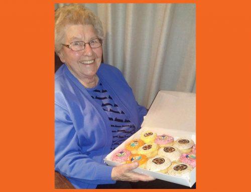 Oma viert haar 90ste verjaardag met donuts