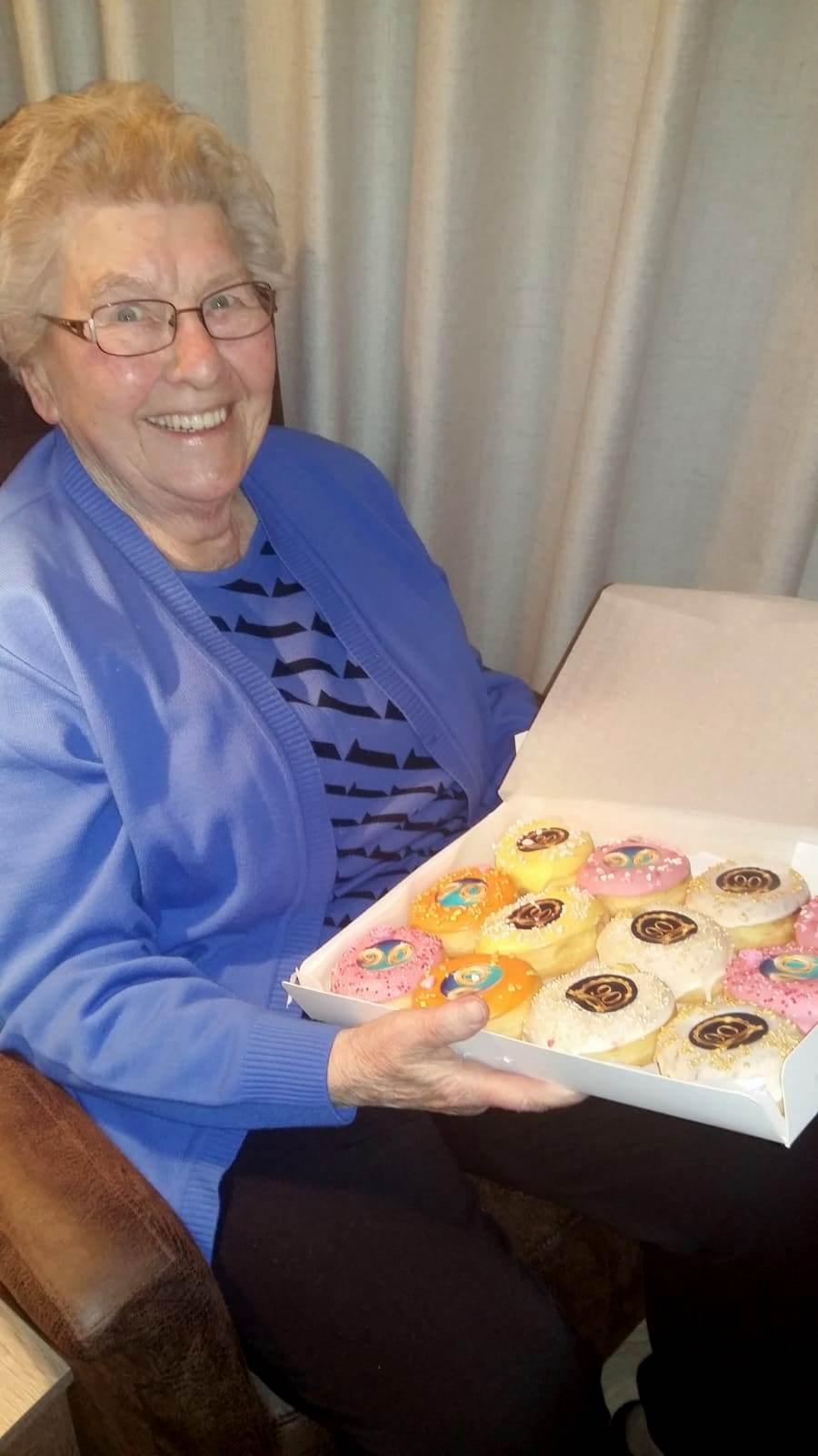 JJ Donuts - Oma viert haar 90ste verjaardag met donuts