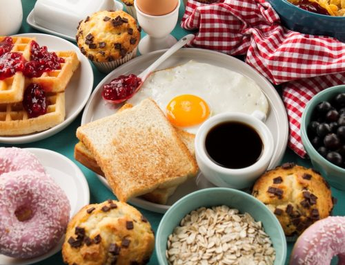 Verwen je geliefde met een donut bij het ontbijt