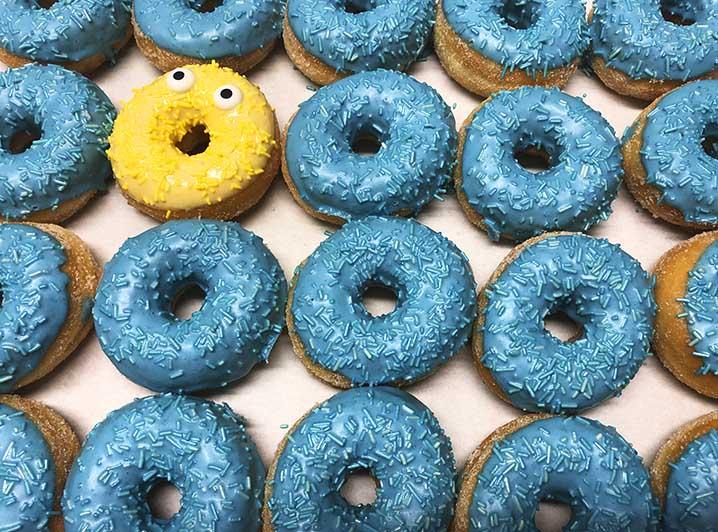 Be Different Mini Donut box blauw geel - JJ Donuts