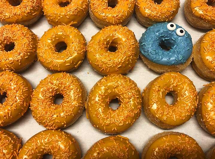 Be Different Mini Donut box oranje blauw - JJ Donuts