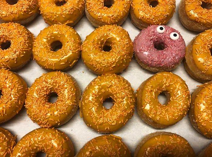 Be Different Mini Donut box oranje geel - JJ Donuts