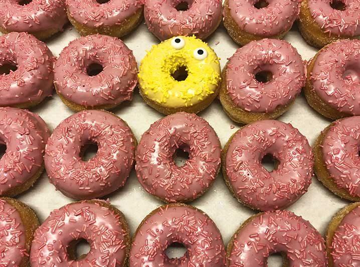 Be Different Mini Donut box roze geel - JJ Donuts