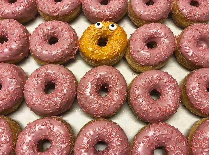 Be Different Mini Donut box roze oranje - JJ Donuts