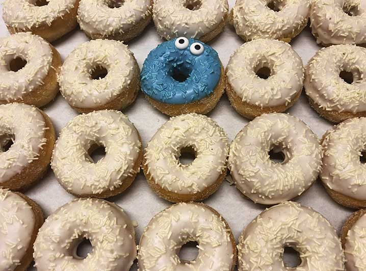 Be Different Mini Donut box wit blauw - JJ Donuts