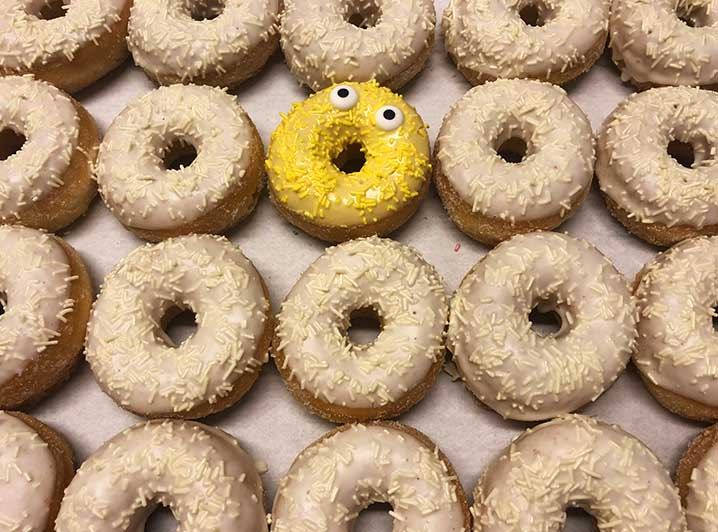 Be Different Mini Donut box wit geel - JJ Donuts