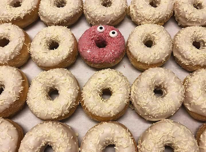 Be Different Mini Donut box wit roze - JJ Donuts