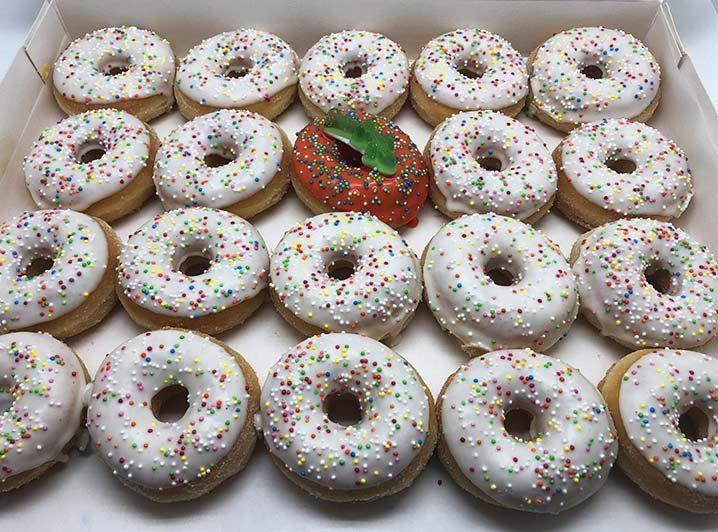 Er is er 1 jarig Mini Donut box meisje - JJ Donuts