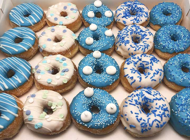 Blauw Wit Mini Donut box met witte snoepjes - JJ Donuts