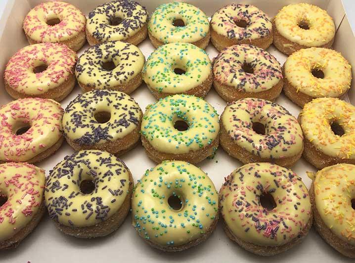 Pastel Galerij Mini Donut box geel - JJ Donuts