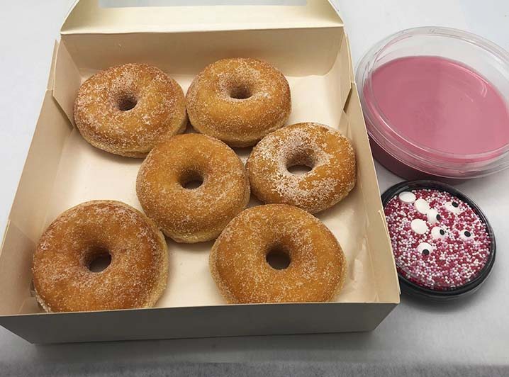 Zelf Gezichtjes Maken Donut box - mini donuts met cerise - JJ Donuts