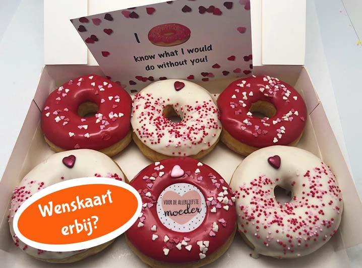 De Moederdag Donut box 2020 van JJ Donut is de beste manier om de meest fantastische moeder in de wereld - jouw moeder - te laten weten dat jij haar geweldig vindt. Zeker in de bijzondere tijd rond Moederdag in 2020, is dit het leukste cadeautje op afstand. Met de Moederdag Donut box 2020 haal jij 6 heerlijke donuts in huis die jouw moeder direct laten zien hoeveel jij om haar geeft. De donuts zijn gedipt in rood en wit tinten en versierd met bijpassend strooisel, waaronder hartjes en parels. Eén van de donuts heeft een afbeelding met 'Voor de allerliefste moeder' erop. Zo laat jij jouw moeder op een originele en vooral lekkere manier weten dat zij de beste moeder in de wereld is. De donuts zijn ongevuld. Verwen jouw moeder met deze heerlijke donuts en bestel ze vandaag nog.